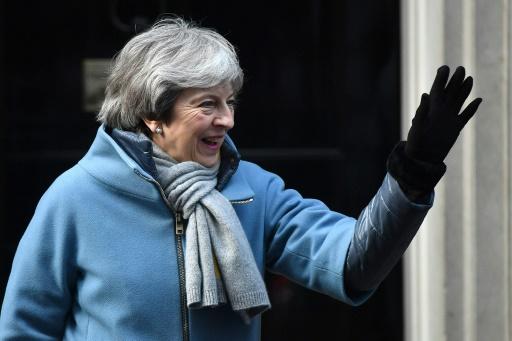 Brexit: voter le traité, ou rester longtemps dans l'UE, d'après May
