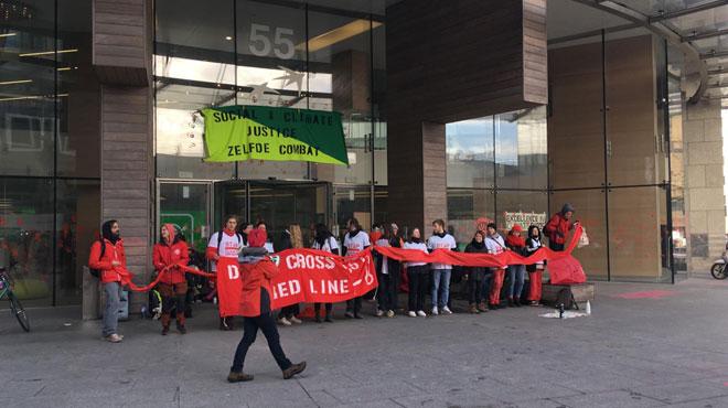Des actions autour des grandes banques pour réclamer une justice climatique