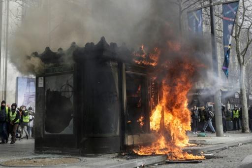 Sur les Champs-Elysées, des kiosquiers amers après les destructions