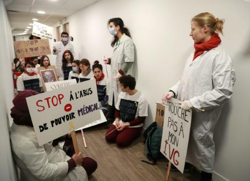 Menace d'une grève des IVG : des militantes réclament des sanctions contre les gynécologues