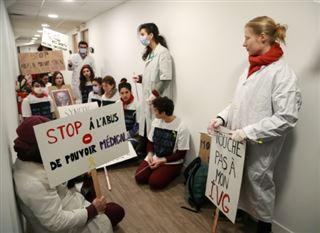 Menace d'une grève des IVG - des militantes réclament des sanctions contre les gynécologues