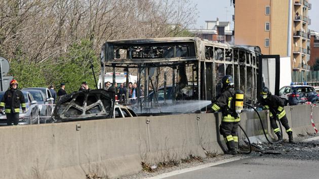 Un chauffeur de bus met le feu à son autocar en Italie: les enfants qu'il transportait ont pu fuir (photos et vidéo)