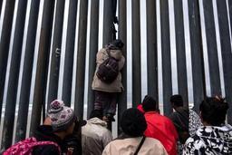 Etats-Unis: des migrants repoussés au gaz poivre à la frontière mexicaine
