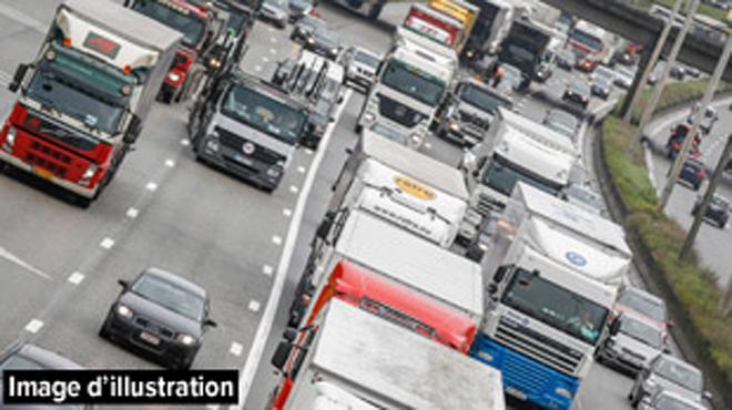 Accident sur le ring à Anderlecht: un camion poubelle aurait projeté des voitures sur la berme centrale