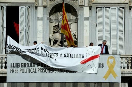 Symboles indépendantistes: le président catalan cède mais attaque les autorités