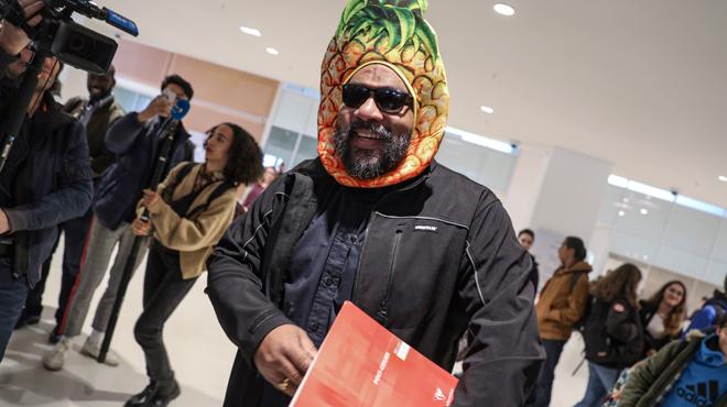 Dieudonné arrive à son procès pour fraude fiscale avec un ananas sur la tête et s'empresse... de faire une quenelle