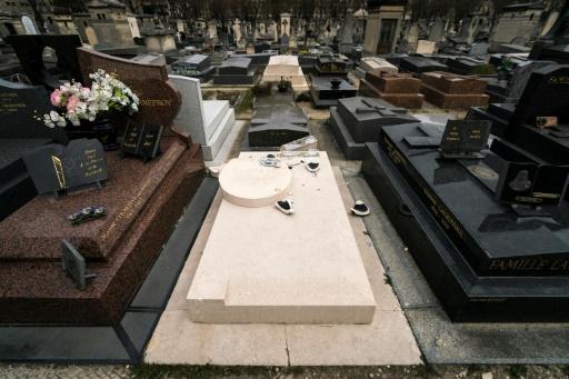 La tombe de Man Ray dégradée au cimetière du Montparnasse