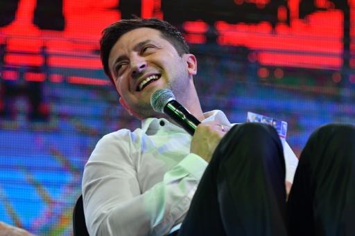 Sur scène, la non-campagne très politique du favori à la présidentielle en Ukraine