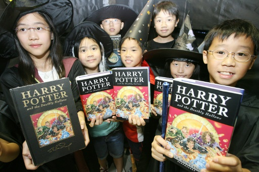 Pologne : des prêtres brûlent des livres des sagas Harry Potter et Fascination
