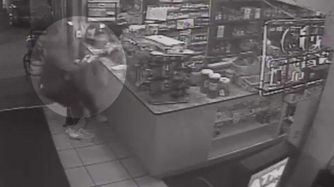 Scène SURRÉALISTE dans un magasin en Californie: un commerçant parvient à saisir l'arme de son braqueur et le fait fuir