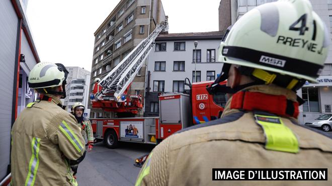 Incendie dans un immeuble à Bruxelles: une personne légèrement blessée, un occupant évacué avec l'auto-échelle