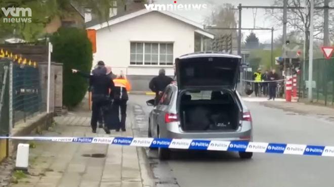 Un homme s'est retranché avec son fils dans sa maison à Denderleeuw: les unités spéciales l'ont interpellé