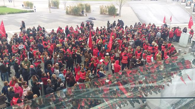 Près de 600 personnes à la gare des Guillemins contre le pacte d'excellence: des professeurs dénoncent des mesures