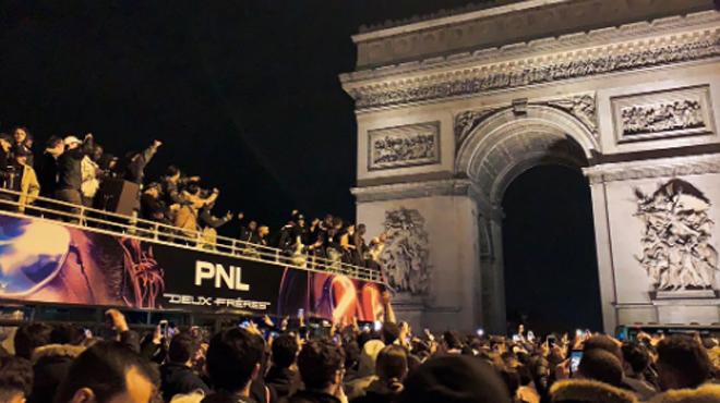 Les rappeurs de PNL remontent les Champs-Elysées en bus devant des centaines de fans (vidéo)