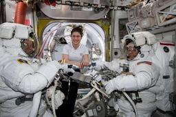 Deux astronautes de l'ISS en promenade dans l'espace