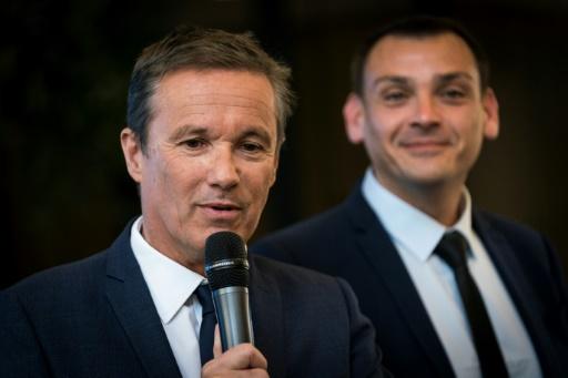 Européennes: Dupont-Aignan lance sa campagne sans exclure de quitter son mandat avant la fin