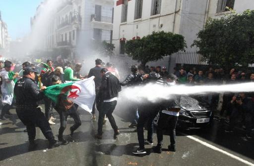 Algérie: la police tire des grenades lacrymogènes lors d'une manifestation