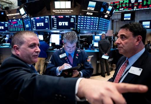 Wall Street ouvre en légère hausse, surveillant les banques centrales