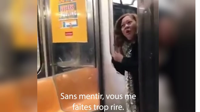 Elle pète les plombs quand elle réalise qu'une star internationale est à côté d'elle dans le métro (vidéo)