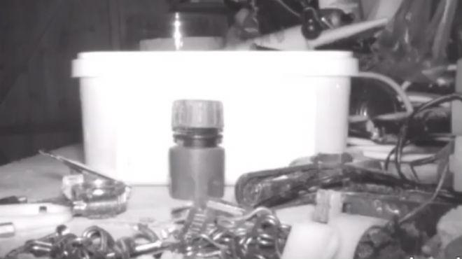 Qui rangeait ses outils pendant la nuit? Il a installé une caméra pour éclaircir ce mystère (vidéo)