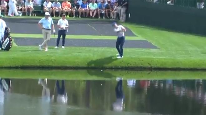 Ce golfeur signe le coup de l'année: une balle parfaite qui vole littéralement sur l'eau (vidéo)