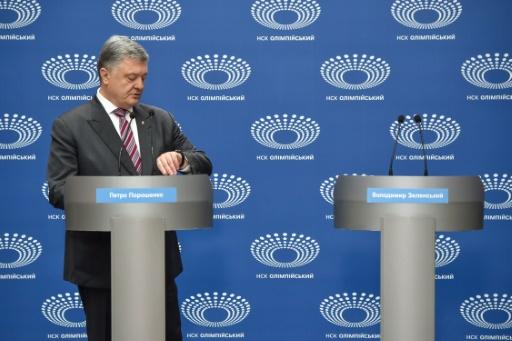 Election en Ukraine : son rival absent, Porochenko discourt seul dans un stade