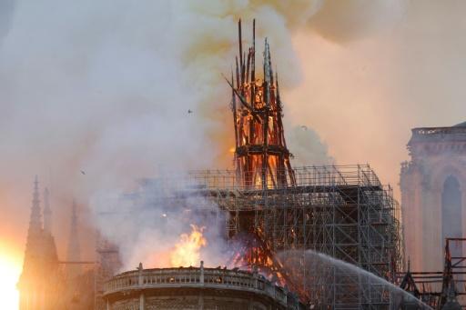 Incendie Notre-Dame: la flèche vient de s'effondrer sur elle-même