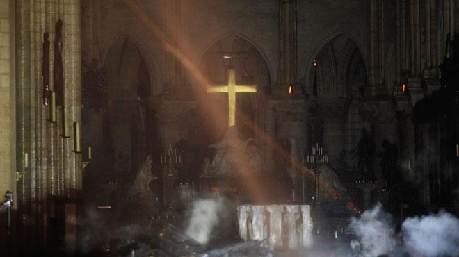 La croix de Notre-Dame illuminée au coeur des décombres: