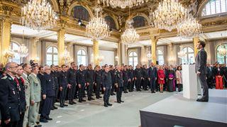 Vous avez été exemplaires- Macron rend hommage aux héros sauveteurs de Notre-Dame