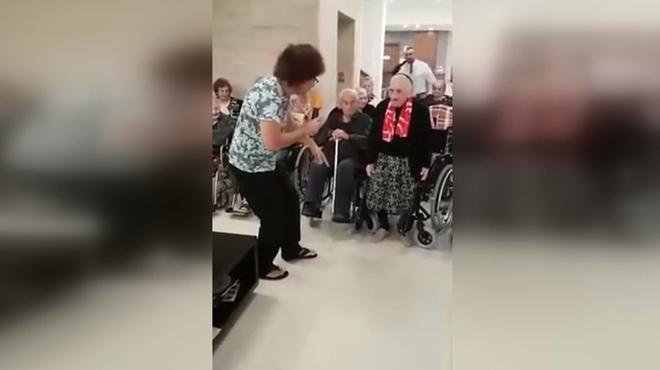Cette dame âgée se lâche à la maison de retraite et elle en montre beaucoup trop