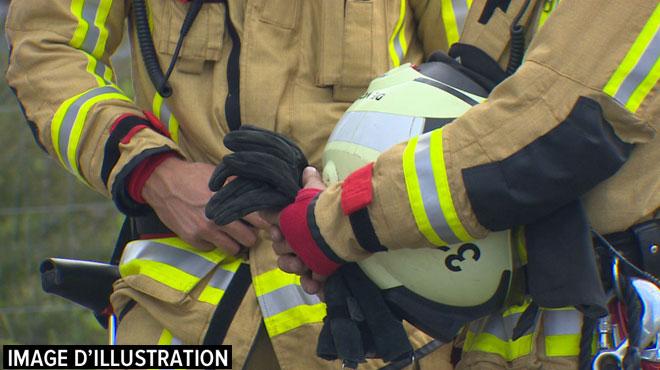 Ixelles: une voiture hybride prend feu, les pompiers la mettentdans un container rempli d'eau