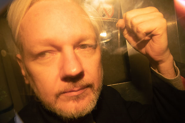 Julien-assange-poing-leve