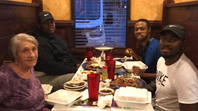 Dans un restaurant, trois jeunes hommes invitent une dame qui mange toute seule à les rejoindre: elle leur confie un précieux secret