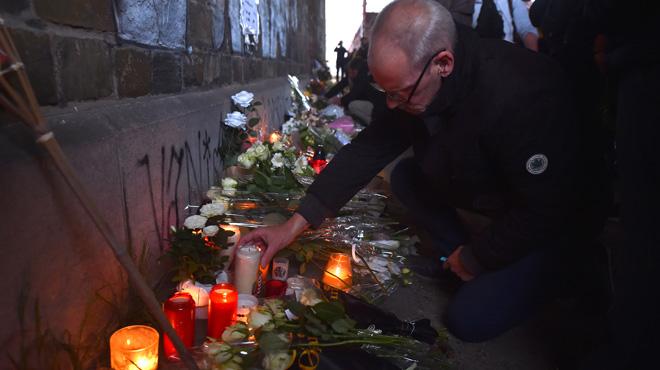 Plusieurs milliers de personnes rendent hommage à Julie Van Espen, l'étudiante de 23 ans tuée à Anvers (photos)