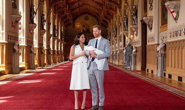 Meghan Markle: pourquoi la robe qu'elle a portée lors de la présentation du petit Archie fait beaucoup parler d'elle?