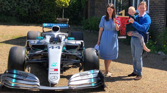 Un trophée et une F1 dans le jardin: Lewis Hamilton offre un SUPERBE cadeau à un enfant atteint du cancer (vidéo)