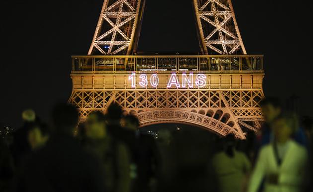 La tour Eiffel célèbre souffle ses 130 bougies