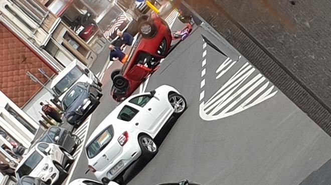 Une voiture se retrouve sur le toit à Gilly