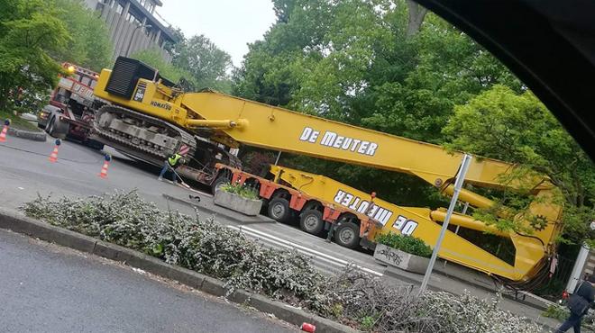 Un convoi exceptionnel a paralysé un quartier à Schaerbeek ce vendredi matin (photos)