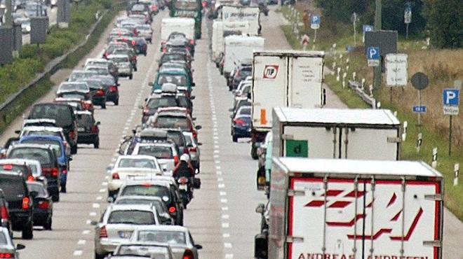 Un camion-citerne sur la berme centrale: l'autoroute E42 fermée avant l'échangeur de Tournai