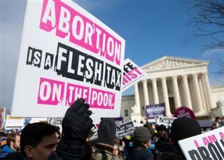 La Cour suprême des Etats-Unis reviendra-t-elle sur le droit à l'avortement ?