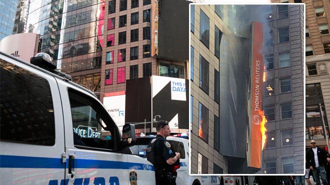New York: un énorme panneau d'affichage prend feu en plein Times Square