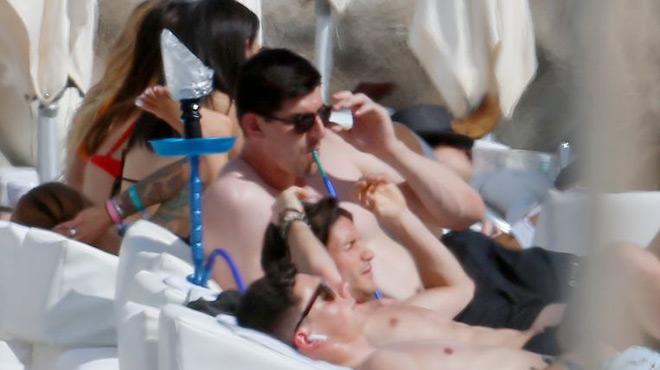 Thibaut Courtois surpris en train de FUMER la chicha sur une plage d'Ibiza (photos)