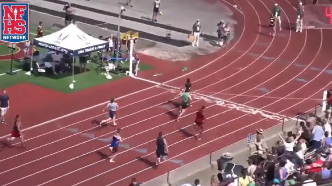 Il démarre sixième et finit par s'imposer: le relais INCROYABLE d'un jeune athlète américain (vidéo)
