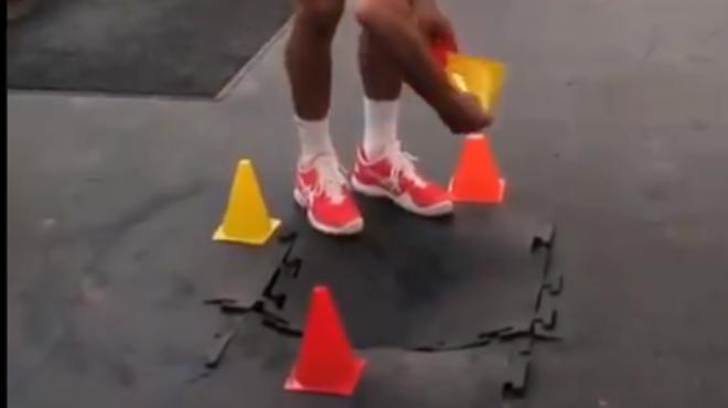 Un échauffement un peu musclé: Novak Djokovic a cassé le parquet de la salle de fitness de Roland-Garros (vidéo)