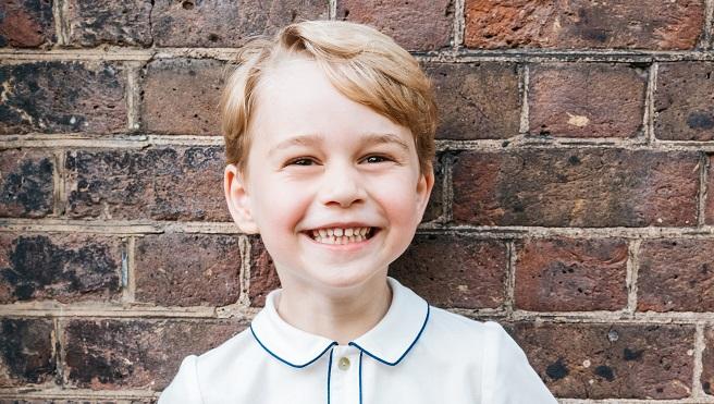 Surprise pour des livreurs d'un supermarché: le prince George vient à la porte les accueillir et les aider à porter les courses