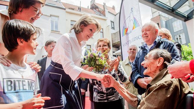 La Reine Mathilde visite un restaurant pour sans-abri à Anvers