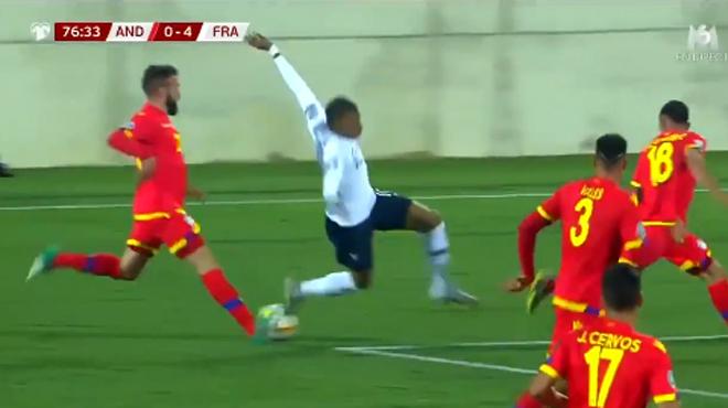 Geste technique raté et recadrage en direct: le match difficile de Kylian Mbappé face à Andorre (vidéos)