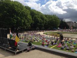 Un millier de personnes au Brussels Yoga Day dans le Parc du Cinquantenaire à Bruxelles