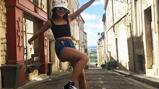 Jade Hallyday de retour en France: aux anges, elle retrouve son parrain Jean Reno (photo)